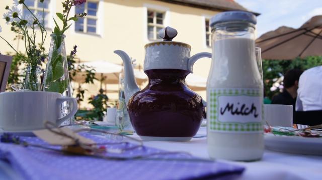 Die Milch in Milchfläschchen, der Kaffee in Omis alter Kaffeekanne.