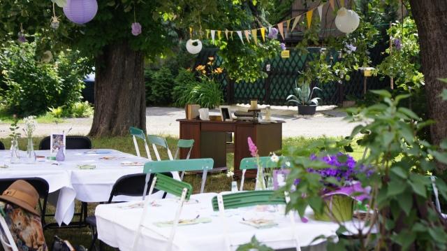 Unsere Sommerparty mit Wimpelkette und Wildblumen, im Hintergrund der Gästebuchschreibtisch.