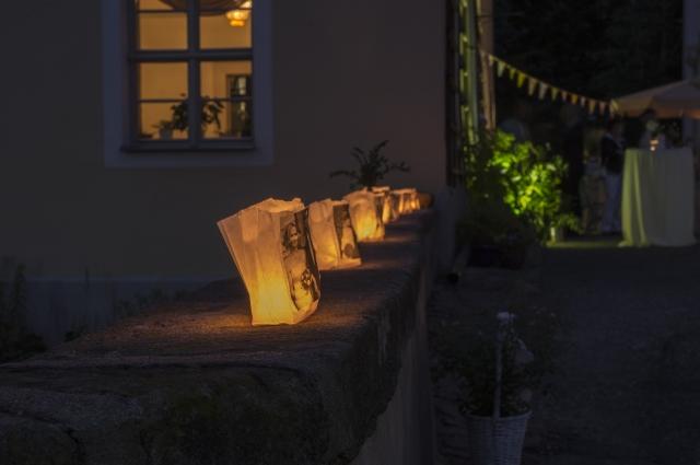 Windlichter aus Butterbrottüten, mit den Hochzeitsfotos unserer Gäste.