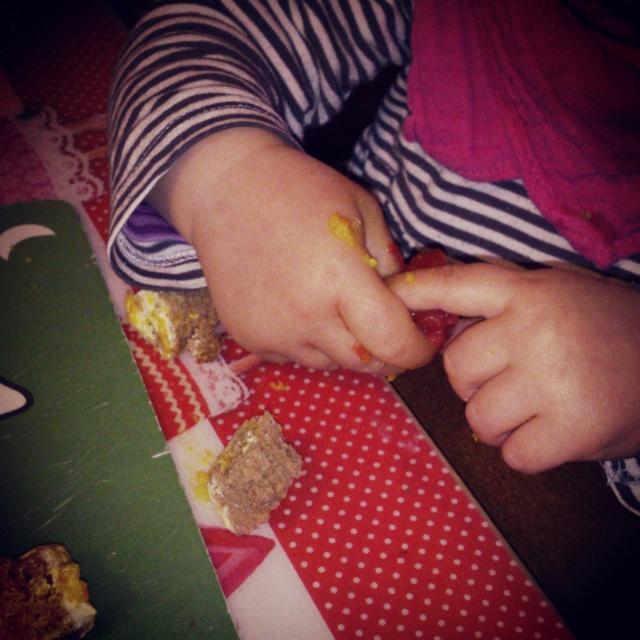 Gefüttert werden ist ja sooo 'baby' - Augustinchen will SELBER essen.