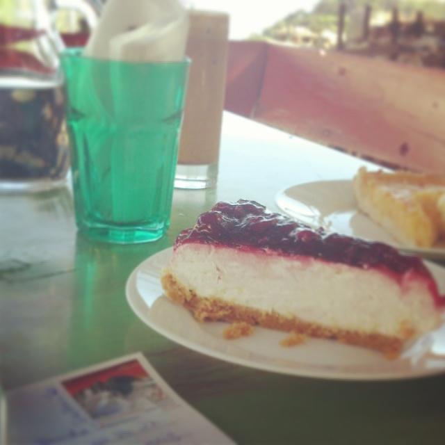 Griechischer Cheesecake und Postkarten schreiben im Lieblingscafé in der alten Dorfschule.