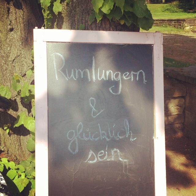 Tafel am Zierlich-Manierlich Sommercafé in Leipzig.