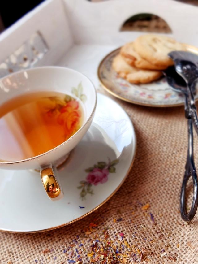 Tee mit Pinienkernplätzchen und Gebäckzange