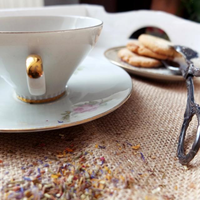 Tee mit Pinienkernplätzchen